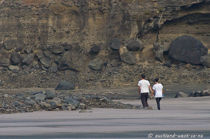 Walking to the Gap (Piha)