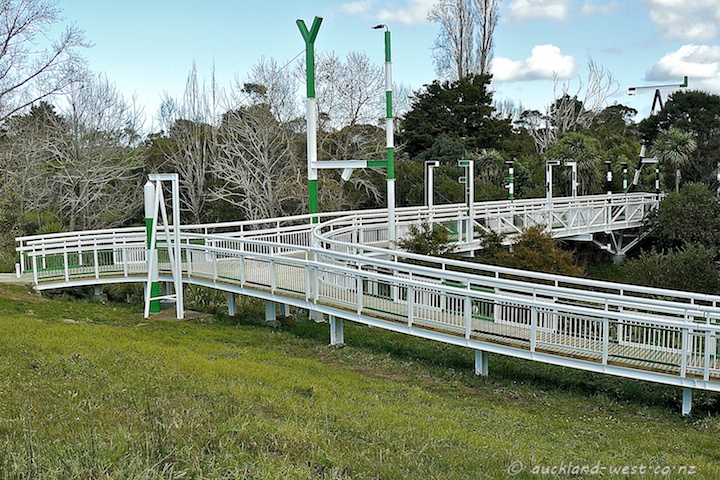 Opanuku Footbridge, Henderson